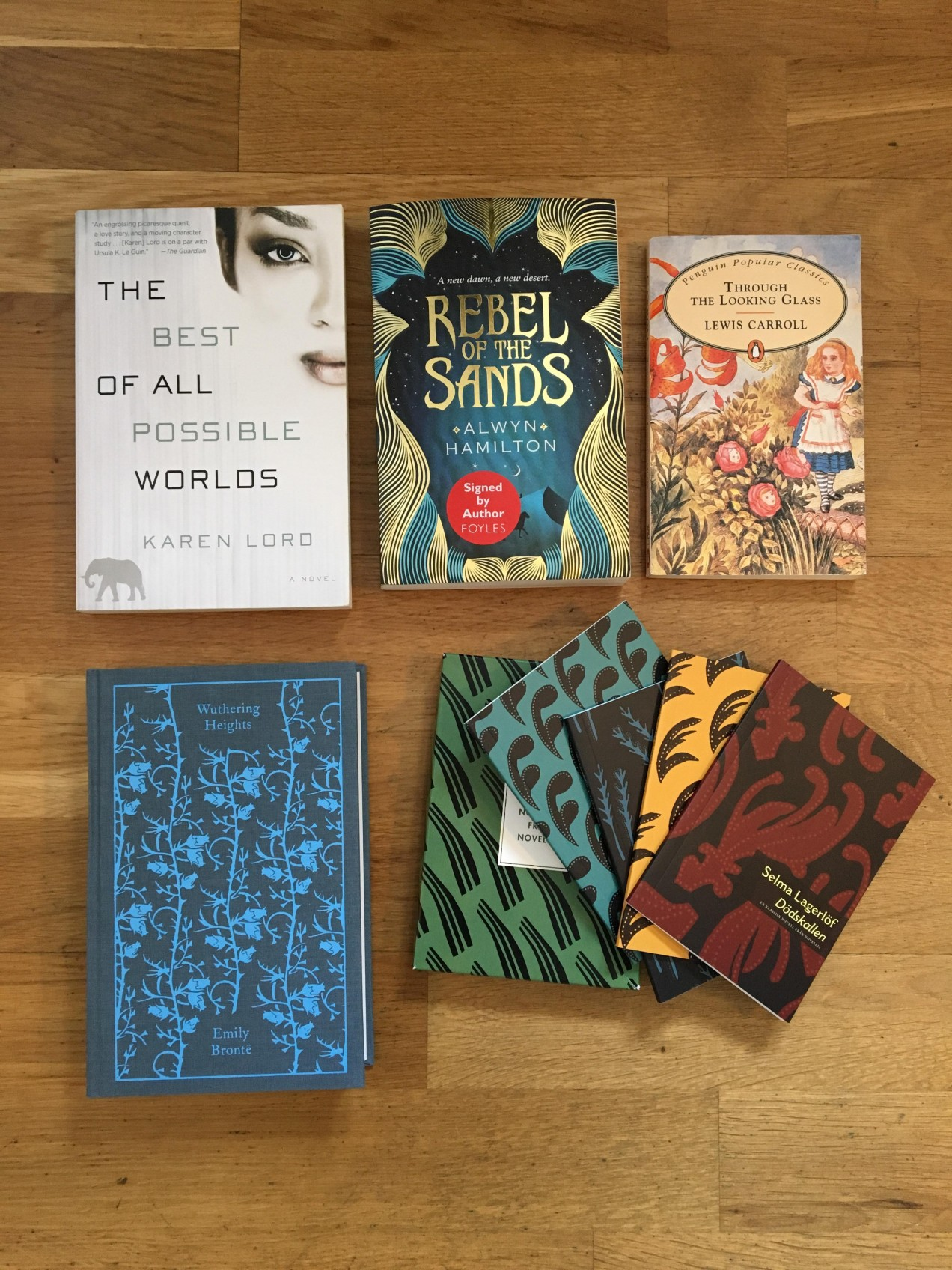 "Karen Lord: ""The best of all possible worlds"" med omslag av Victoria Wong. ""Rebel Sands"" av Alwyn Hamilton.  ""Through the looking glass"" av Lewis Carroll, Withering hights av Emily Brontë, samt Fyra noveller av Selma Lagerlöf, med omslag av Lisa Benk."